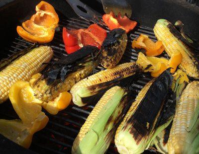 Maïs grillés sur charbon